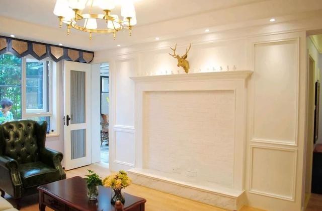 客厅电视墙装了一个壁炉造型