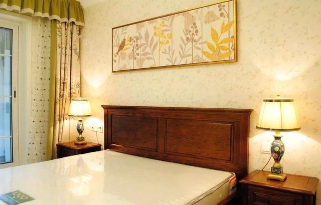 卧室背景墙贴上精致的壁纸