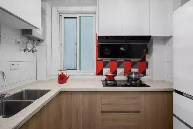 厨房是封闭式L型