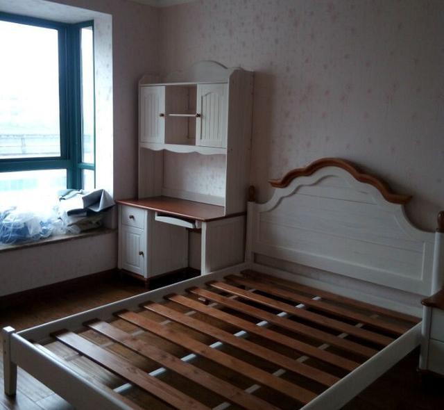次卧墙面都是铺的粉色壁纸