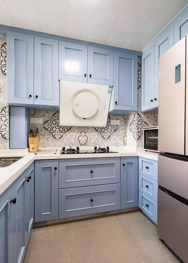 厨房地面铺贴灰色瓷砖