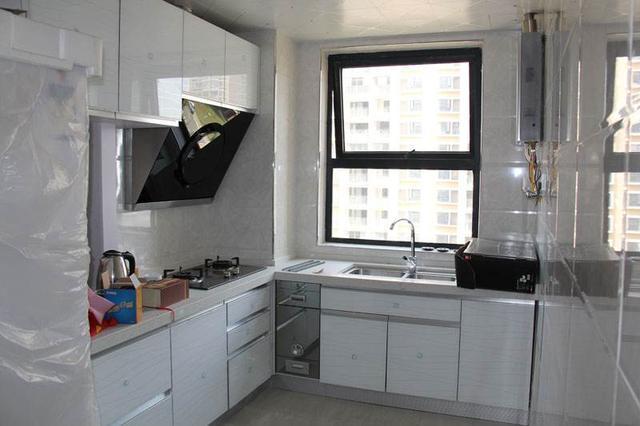 厨房没有做防溅板,墙面容易脏