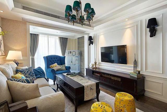 这是客厅了,白色电视背景墙用简单的线条勾勒,两侧挂着壁灯.图片
