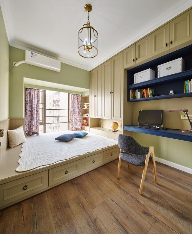 书房的书桌,书架与衣柜,榻榻米床组合一体设计