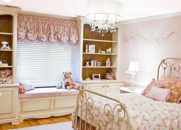 1、欧式儿童房的墙面可以使用蓝、粉色彩组合,这种搭配方式既可以表现普罗旺斯的阳光,又能衬托出孩子的天真可爱,重现地中海风格。技巧并不复杂,只需大胆而自由地运用色彩,以及多多取材于大自然就可以体现,再给欧式儿童房安上一个活动百叶窗,便可以让这个小房间一年四季都充满明媚的阳光。