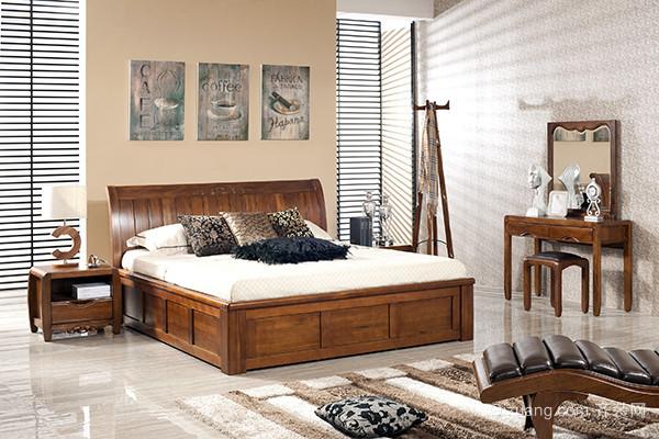 三、防止灰尘 无论什么材质的家具,我们在生活中都要很好的对它做出保养,特别是制作的比较高档的原木家具,它们有精美的雕花装饰,如果不能定期清洁除灰,细小缝隙中,容易积灰,影响美观。 四、定期保养 不定期的对柚木家具保养,是非常重要的,这样可以更好的对家具做好保养工作,将它均匀的涂在家具表面,这样不仅可以保护它表面不吸收灰尘,也可以保持它的光泽度。