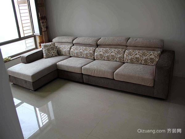 三、房间大小结构 小房间要用小实木沙发,或小布艺沙发,使房间剩余空间更大,大客厅放大沙发并配备茶几,才更方便舒适。房间小可选择沙发坐板下面有储物空间类型的,取放物品方便,一物多用。 四、精细程度 不管是皮沙发还是布沙发,一般在底部都有拉链可以打开,我们可以揭开查看,如果无糟朽、无虫蛀、无疤痕、不带树皮或木毛的光洁硬杂木制作的,并且料与料的衔接处不是用钉子钉的,而是以榫眼或刻口相互咬合,那么就没有问题。