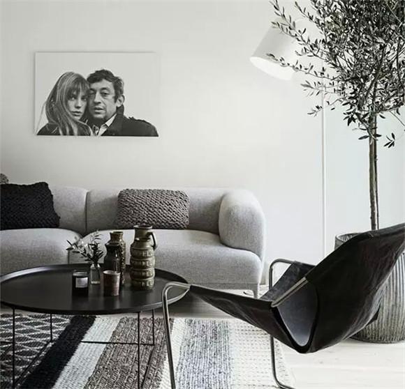 深色墙面+灰色沙发