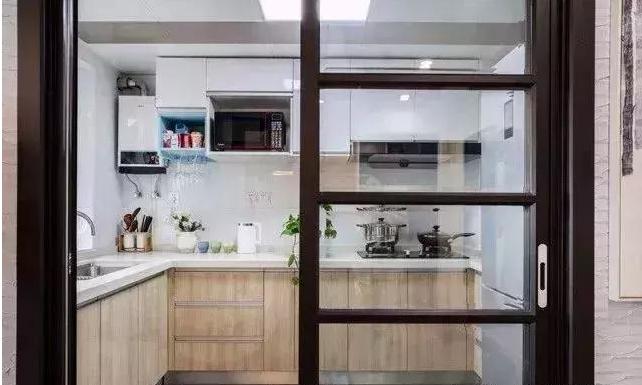 厨房以黑色边框的推门