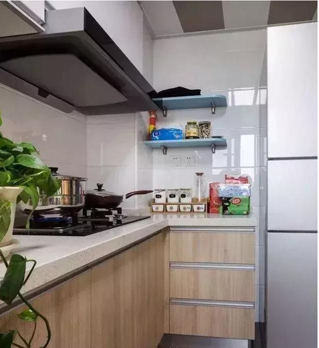 厨房里还布置了一盆绿萝盆栽