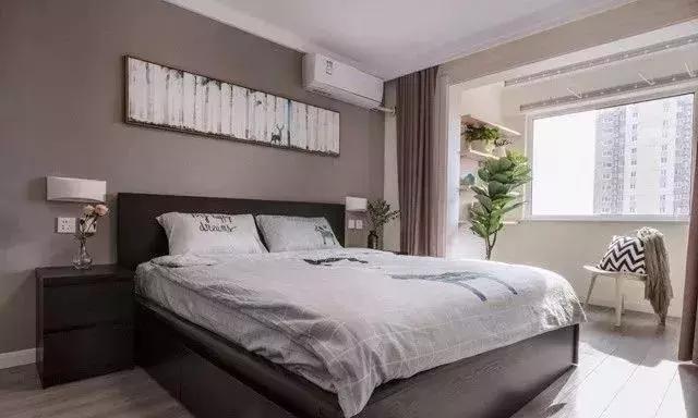 卧室床头背景墙以暖灰为主