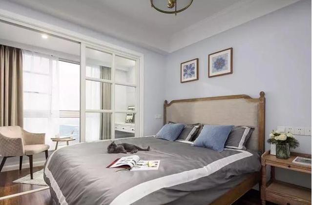 浅蓝色的卧室显得很舒缓柔和
