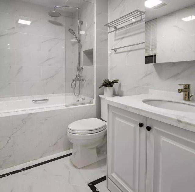 白色的卫生间蛮雅致的