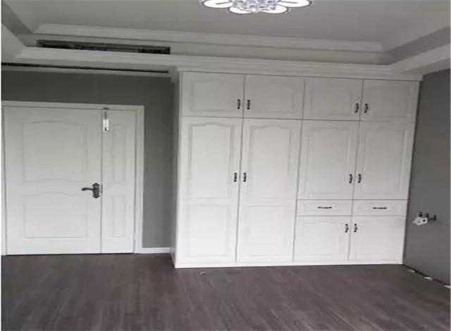 次卧硬装装修定做了一面衣柜