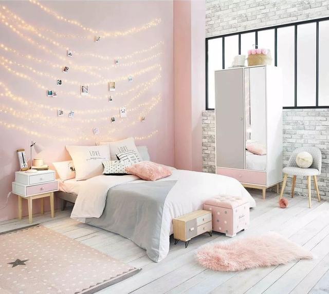 白色的做旧木地板配长绒粉色地毯