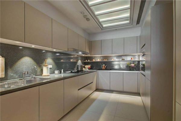 宽敞整洁的厨房