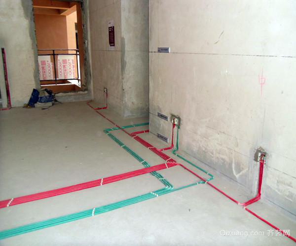 水路管道安裝之后,用水泥沙子混合封好衛生間所有線槽。等線槽和地面填渣干后,再次清洗地面與墻面,墻地面水份干了即可做防水,墻面防水作一米高。管道安裝好之后墻地面再做一次,使地面和墻面能夠更有效的防水保障。  二、電路安裝知識 1、電線線路開槽 進行電線線路的開槽之前,施工負責人要與業主溝通好用電功能與要求與之后彈好平行與垂直線開槽。開槽時要注意不同的使用要求,對于插座的高度不一樣,要根據設計的使用功能進行彈線開槽。 2、電線電路布線 電線電路布線用材要求方面,銅芯線2.