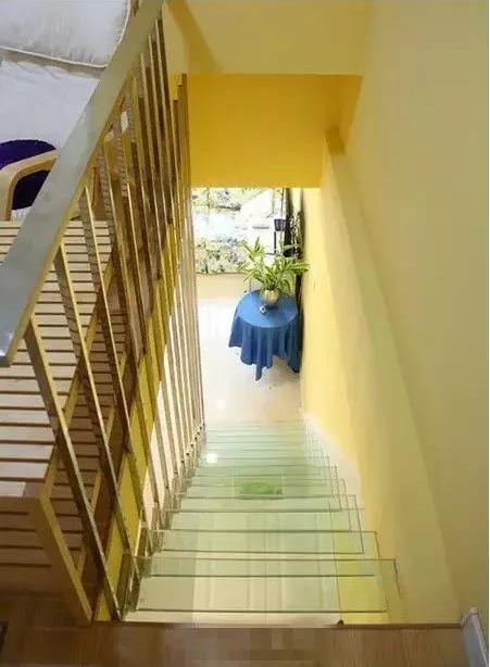 楼上俯瞰楼梯