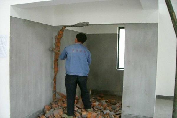 旧房翻新敲墙多少钱一平方
