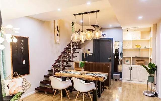 客厅拍色的楼梯、餐厅和入户