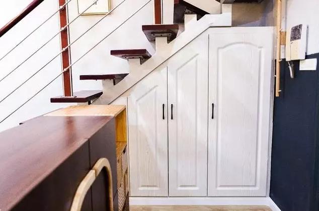将楼梯的底部空间充分利用起来