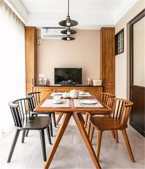 深木色餐桌椅的餐厅