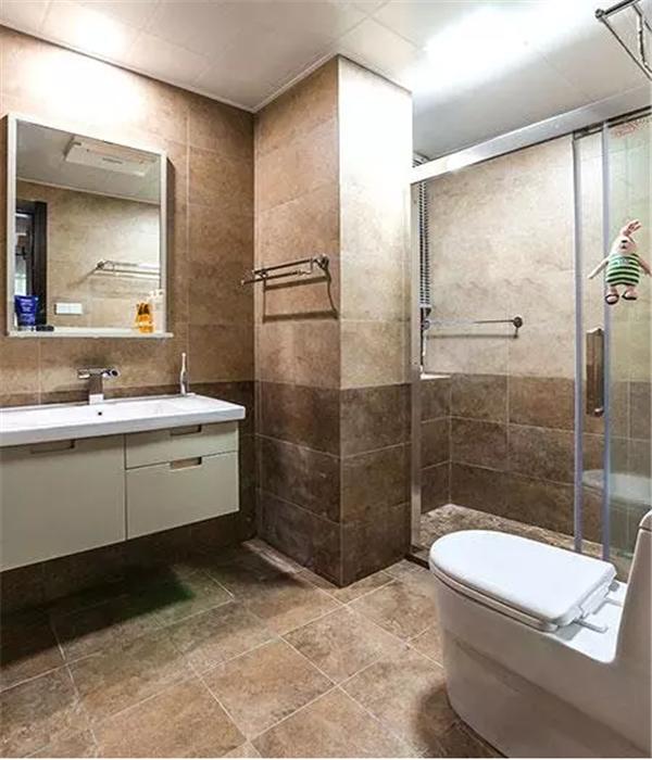 渐变色瓷砖的卫生间