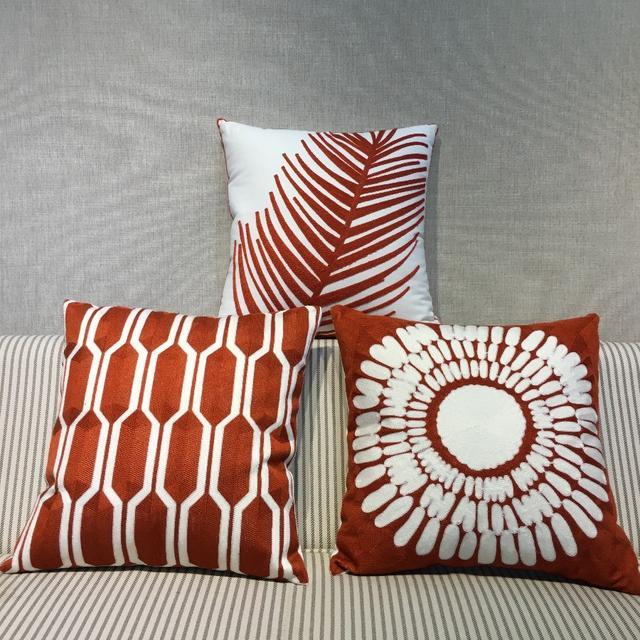 红色抱枕装饰