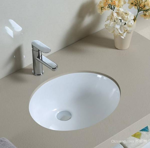 普通的台式洗面盆价格在100-300元之间,中档的台式洗面盆价格在500-2000元之间,高档的台式洗面盆价格在2000元以上。 (1)钢化玻璃材质台式壁挂洗面盆,价格:200元/套。 (2)博威雅卫生间用艺术造型台式洗面盆,价格:500元/套。 (3)美式风格乡村感陶瓷台式洗面盆,价格:430元/套。