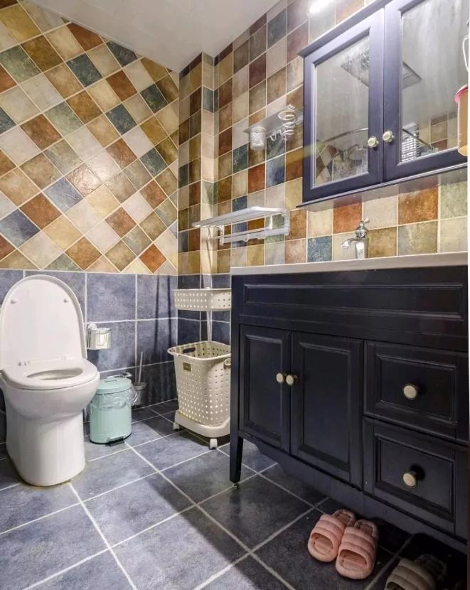 卫生间蓝色地砖