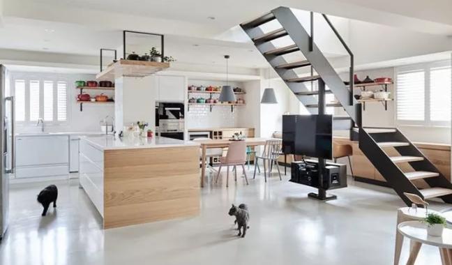 用楼梯来作为客厅与餐厨空间的自然分隔