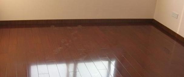 踢脚线颜色与地板颜色相近