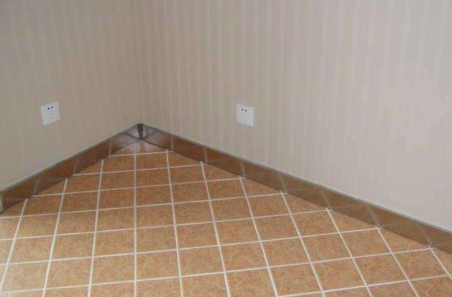 踢脚线颜色与地板相反