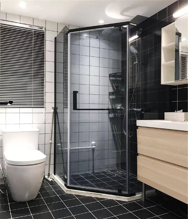 黑与白的卫生间