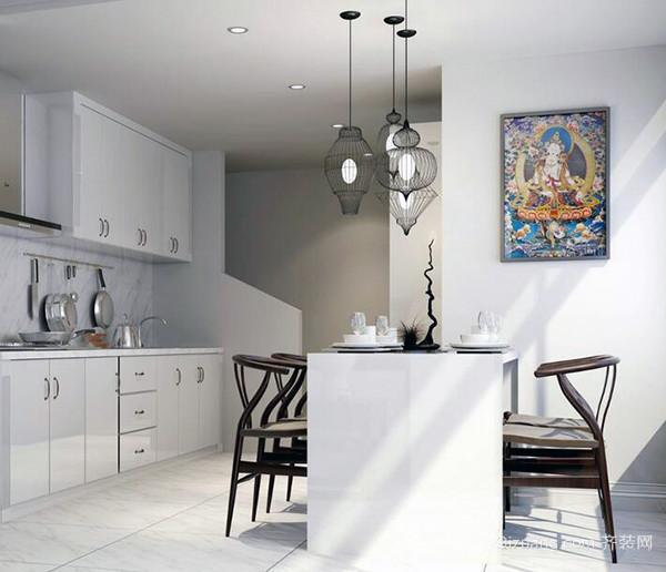 善用收纳 小空间的餐厅可考虑采用开放式设计。女性的用具多。收藏也多,可以利用墙面及梁柱下量身定做多功能餐厨收纳柜,除了可展示收藏的杯盘外。还可规划活动工作台面,作为备餐台,或是烫衣板,除了小东西的收纳,还可针对家中的清洁大型家电。例如电风扇、吸尘器、空气净化器定做大型的专属收纳空间,一个收纳柜解决大大小小的收纳问题。 技巧才是王道 对于小户型而言拥有独立的书房可能是奢望,但通过设计把客厅中的用餐区稍作改变。便能巧妙地解决这一难题。比如把早餐台当成电脑桌墙面做成壁柜。形成有多个小空间的隔板。这样不但能收纳的