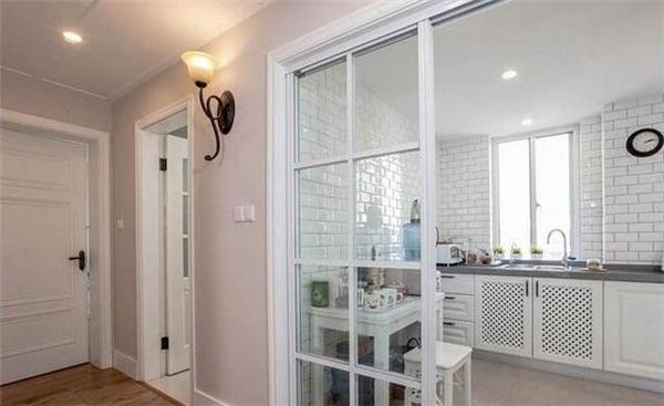 一,封闭式厨房和客厅隔断设计 1,玻璃隔断(玻璃移门) 既要保持采光