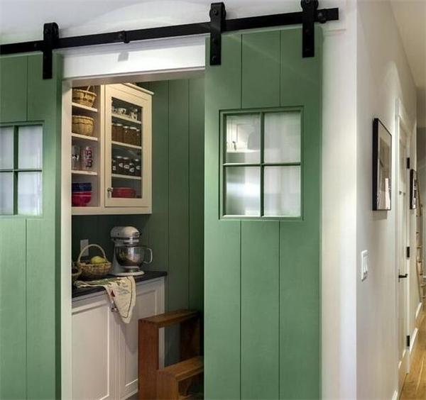 想要点色彩和不一样的感觉? 谷仓门一定会是你的菜。 3、隔断柜+移门 适合比较宽阔的厨房,兼顾了收纳、采光与封闭。 二、开放式厨房和客厅隔断设计 1、中岛隔断 把中岛做成类似吧台的形式,很有生活气息哈。 2、吧台隔断