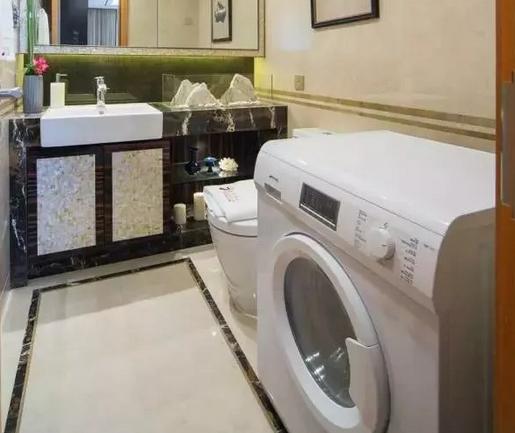 洗衣机放在洗漱台旁边