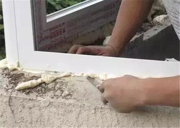 处理窗户外的发泡胶
