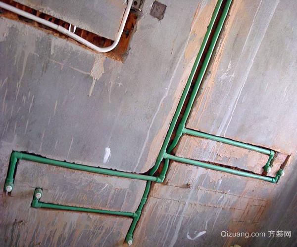 导线是否随意安装,漏电保护是否到位,看一看房间的各部分的电路安装.