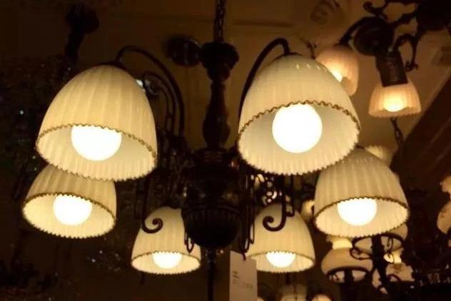 买灯最重要的是看灯光而不是灯具,灯具只是种装饰品。所以网购更加便宜,成本会低很多。   但是你要记得,网店送你的灯泡最好别用,质量不一定好。可以自己买稍微贵点的灯,这样亮度更好,使用寿命更长。   灯具安装工作给谁都是要收费的,所以不管是找装修公司还是店家都可以。   3、开关插座