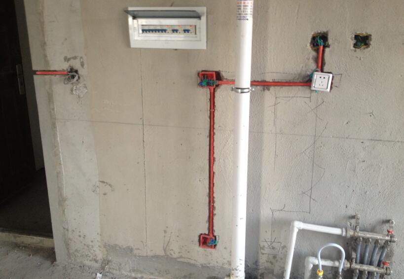 装修是一门大学问,它不仅设计到设计、材料、价格和施工,更重要的是水电的改造,所以要请专业师傅进行装修水电,以免影响日后生活使用。可是120平米新房水电改造价格多少呢?在水电改造的时候要注意哪些事项,下面我们一起看看120平米水电材料清单报价。 一、120平米新房水电改造价格 一般120平方3室2厅的那种,管道使用60米左右,使用电线60米左右前期开槽要3-4天、布线,后期2-3接线、按灯。按照市场行情水电工钱水电工钱3000元-8000元。水走天电走地每平方28-35之间,电走活线和水走天要贵点,按照建筑