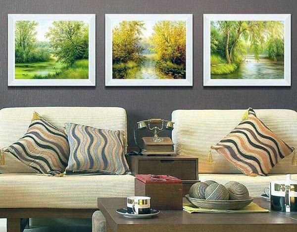 客厅欧式装饰画搭配在客厅之中可以给人一种奢华和文艺的感觉,在这样一个奢华的客厅中悬挂几幅这样的画就是很不错的选择。欧式客厅除了可以给人带来奢华的感觉之外,文艺清新的感觉也是可以拥有的。在古典气息浓郁的欧式客厅中,一副简单的田园画作,一些美丽的绿色植物都能让整个客厅充满了生机。
