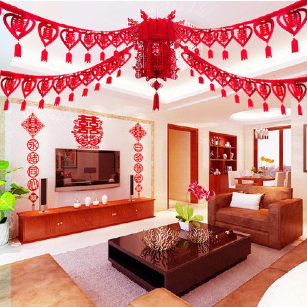 (二)色彩篇 婚房在中国的传统中就是要喜庆,通常在布置婚房的时候,以红色为主,不要超过三种颜色,选择合适的颜色辅助红色,这样就可以避免看起来眼花缭乱,降低美感。其中,台布、床罩、枕套、窗帘、灯具等在图案风格、色彩上全部都要协调。 注:婚房的布置既要突出欢庆的气氛,也要做长远的考虑,适当选择中间色系列。