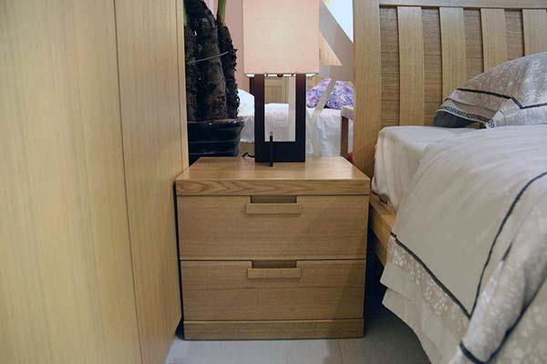 床头柜放一个怎么化解