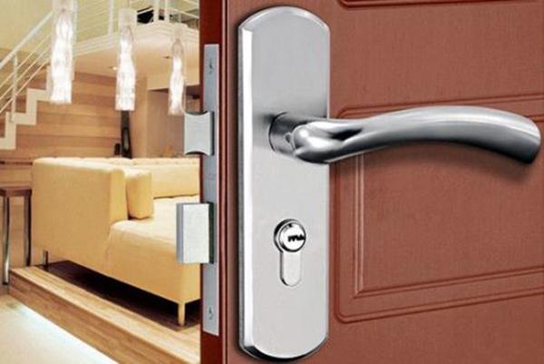 忘带钥匙防盗门锁怎么开