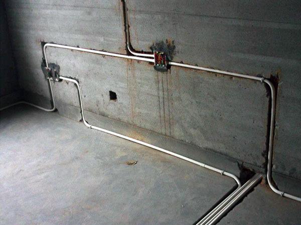 水电改造走顶还是走地好