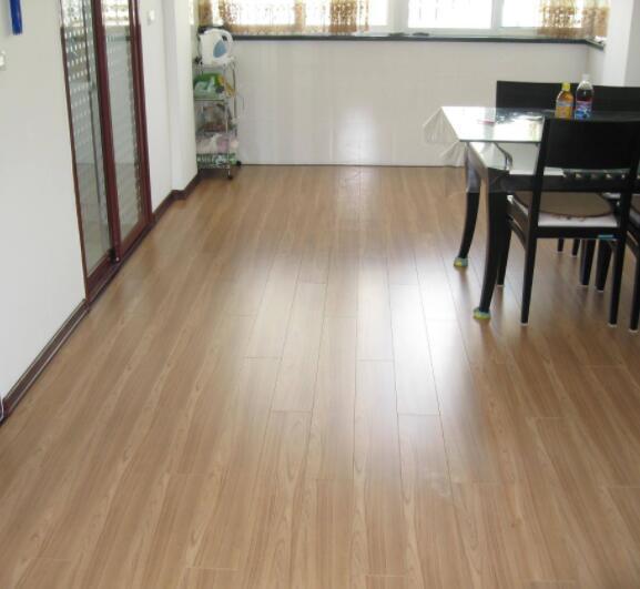 浅色地板配什么颜色家具