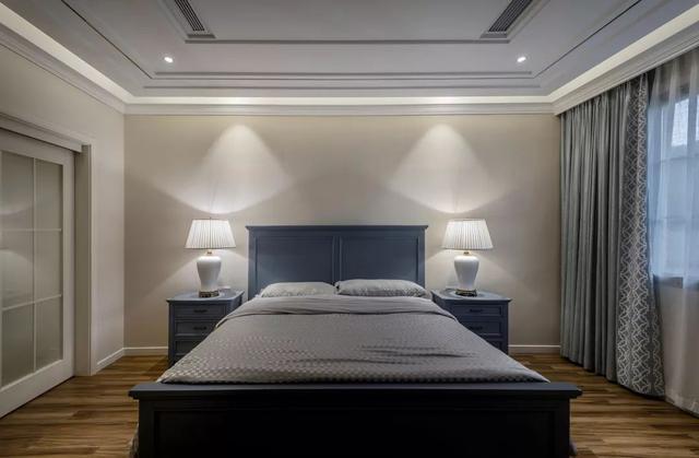 儿童房也是以米黄色的床头背景墙,还有一张白色的床,简洁舒适的空间