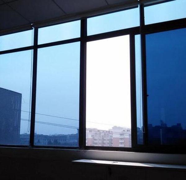 窗户贴膜贴在里面还是贴在外面
